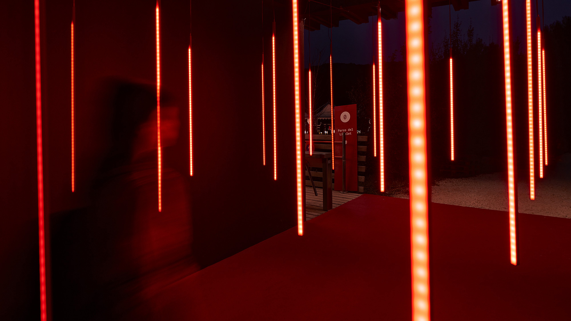 Un'installazione luminosa per Lago Film Fest